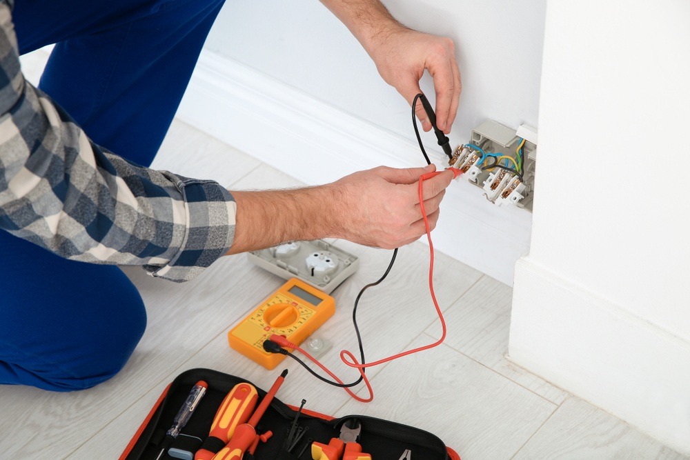How to Use a Multimeter to Test a 220v Outlet